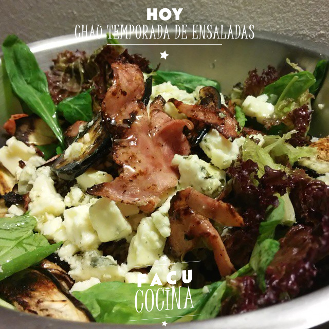 ensalada de verdes, roquefort y jamón crudo