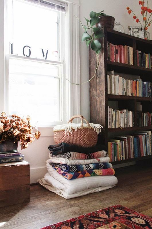 Salon vintage con mantas de lana blancas colores