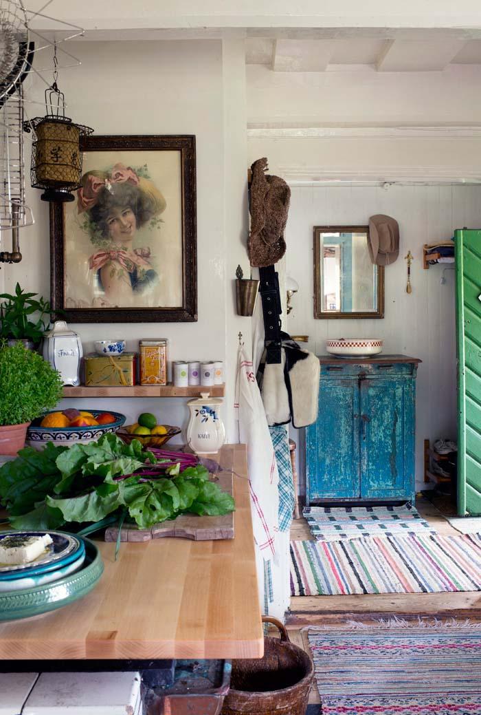 Lundins Kok Retro : Mokisto kartanoon  Rustic White Painted Furniture