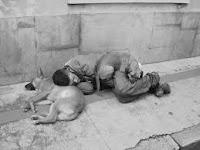 Mamãe falou para não deixar de rezar para o deus Emprego, ou viverei exilado com os cães no país Sarjeta