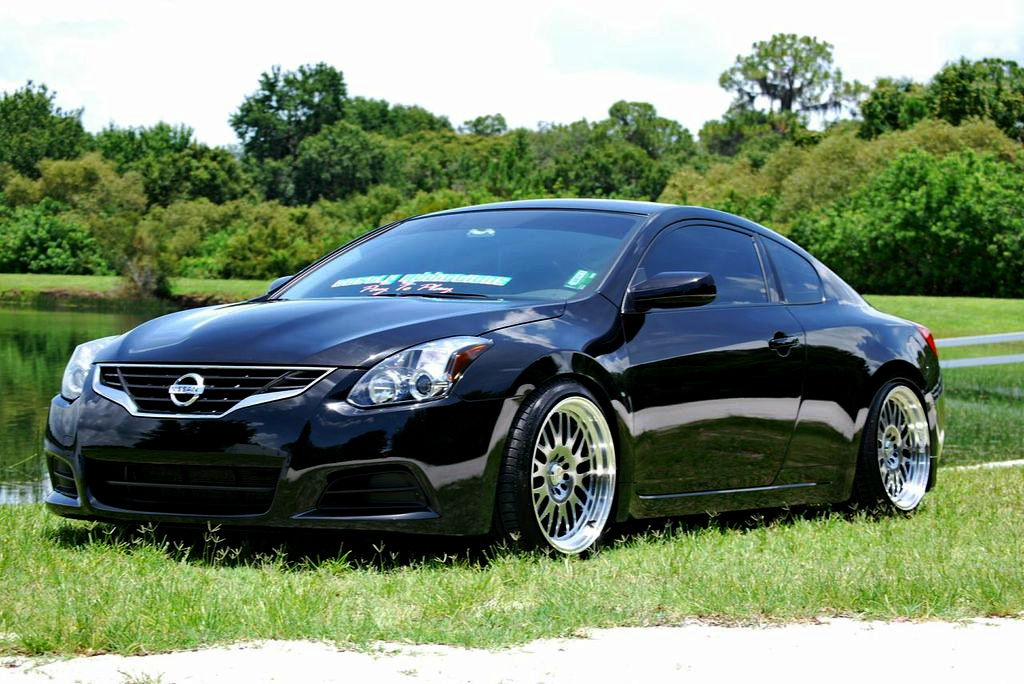 Nissan Altima Coupe, usportowione coupe, silnik V6, japońskie auta, mało znane samochody