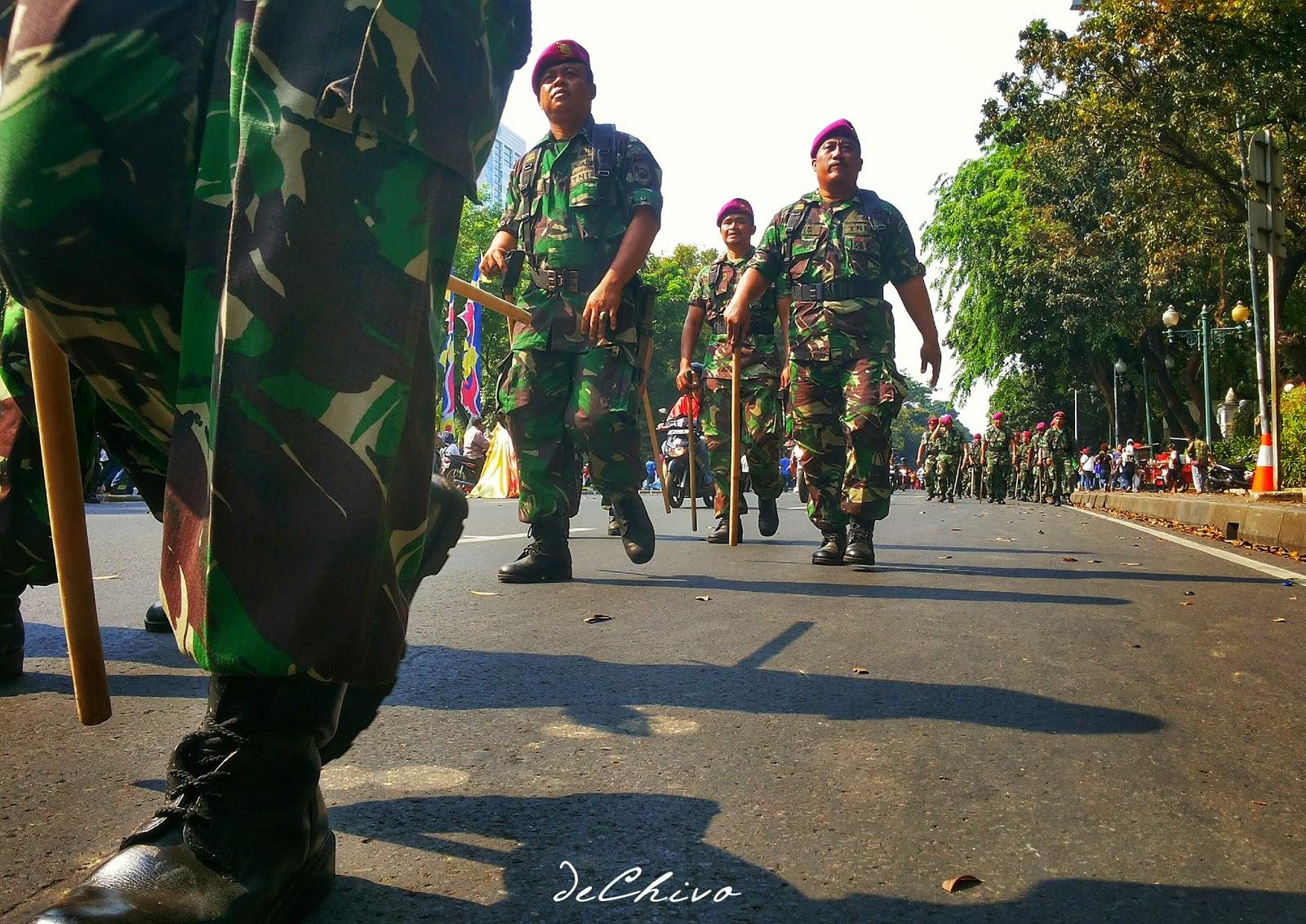 Pasukan Marinir di Medan Merdeka Barat mengamankan Pesta Rakyat Menyambut Presiden baru