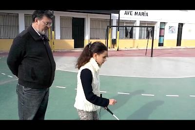 El instructor tiflotécnico enseña a usar el bastón a Elvira