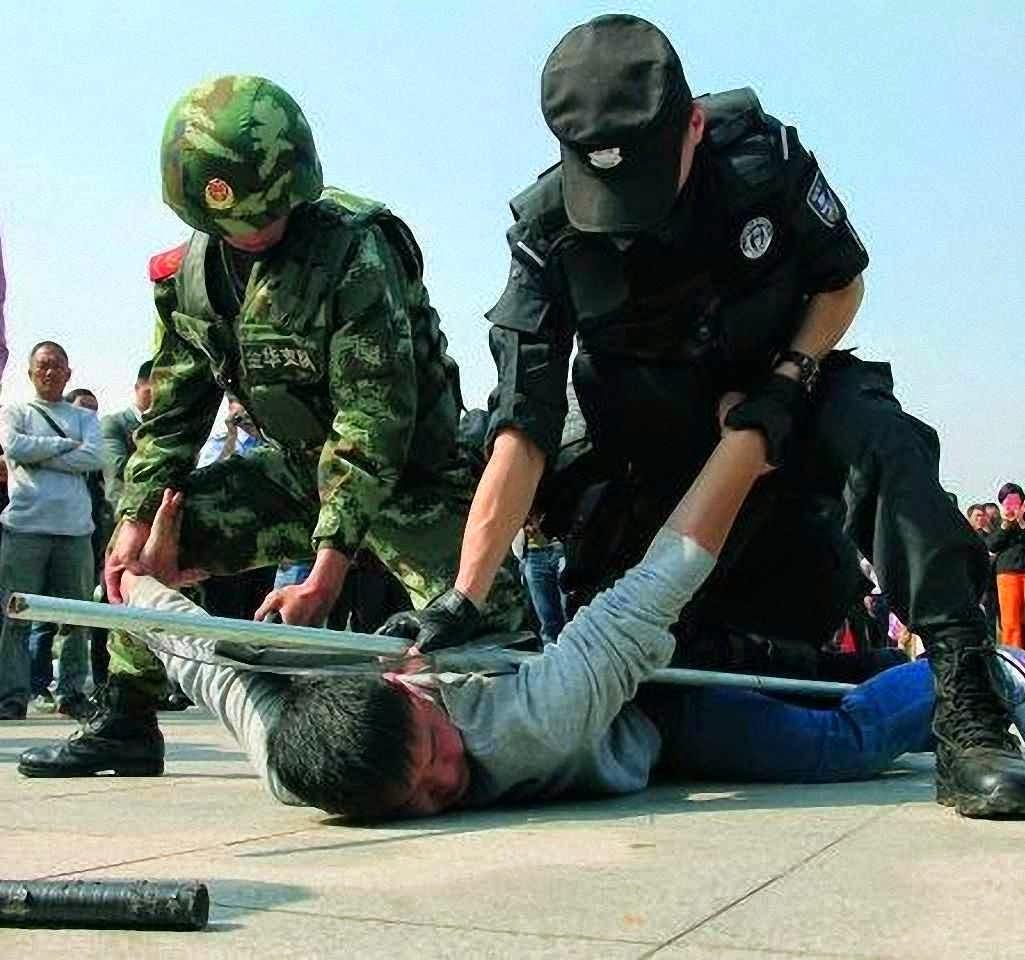 Policiais fazem treino ostensivo na estação de trem de Yiwu, Zhejiang