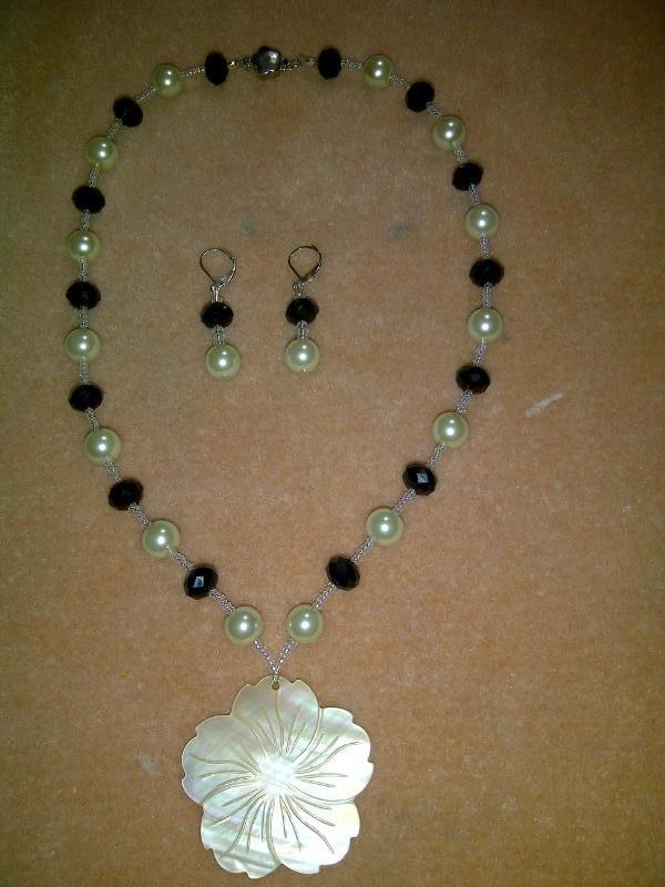 Collar de perlas,cristales negros y flor de nácar