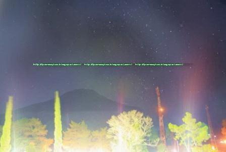 Foto Gunung Sumbing di malam hari dari balkon hotel.