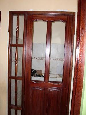 Decoraciones manualidades en madera instalaciones de for Como poner una puerta de madera
