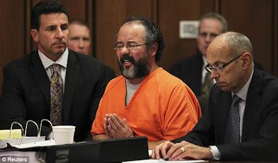 Ariel Castro, pega prisão perpétua por sequestro e cárcere das jovens americanas.