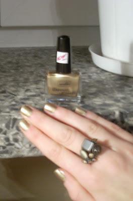 Złoto na paznokciach
