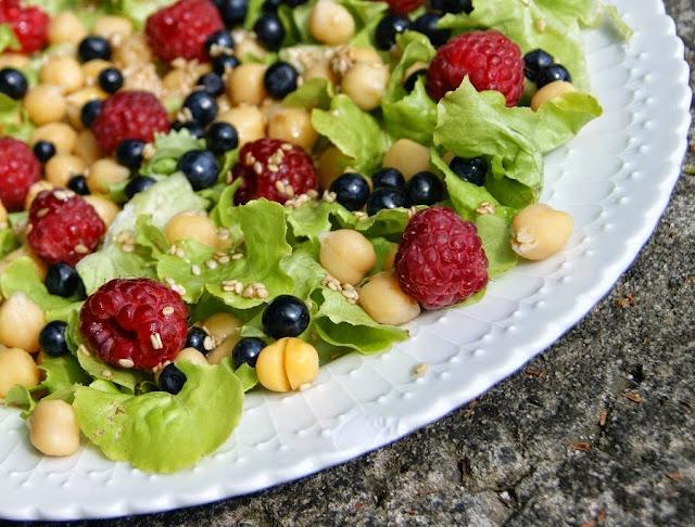Sałatka z ciecierzycą i owocami jagodowymi