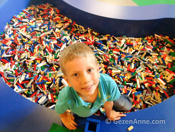 Legoland İstanbul'da Lego havuzunda oğlum