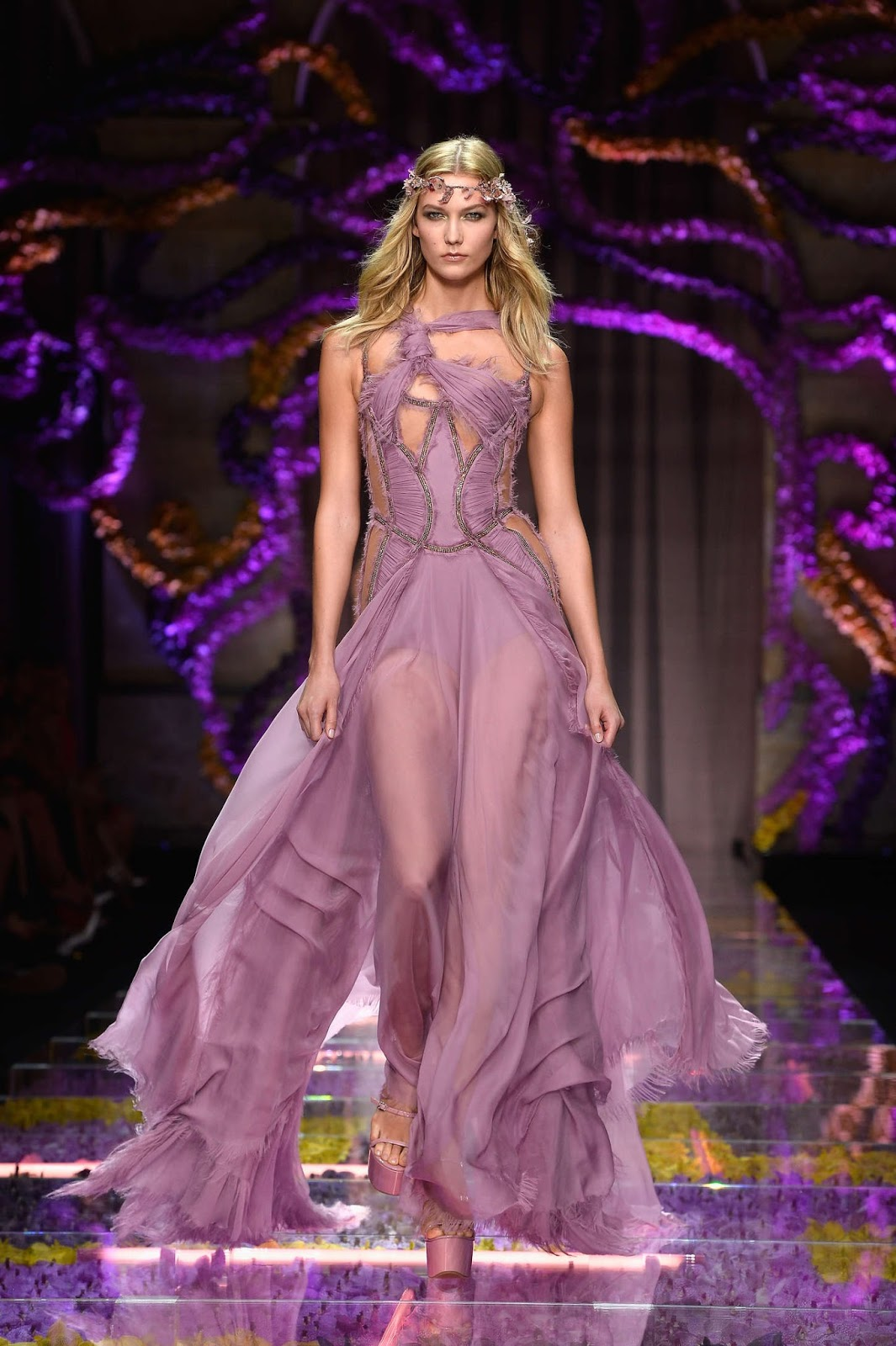 Karlie Kloss goes sans underwear at the Atelier Versace Fall/Winter 2015 Paris Haute Couture Fashion Week Show