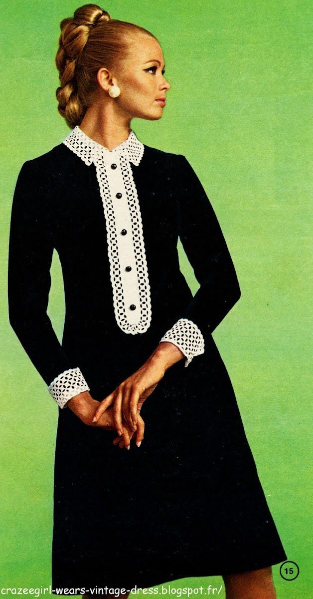 Romantisme du velours noir éclairé de broderie anglaise    Robe en velours. Le volant qui compose le jabot ponctué de boutons est en broderie anglaise comme le col rabattu et les revers des manches. Des pinces obliques galbent le devant coupé d'une découpe de taille et d'une couture. Le dos est fixé par une fermeture à glissière.  1967 60s 1960 black velver dress white collar cuffs mode fashion couture yeye