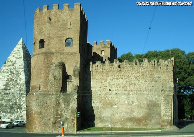Piramide Cestia y Puerta de San Pablo