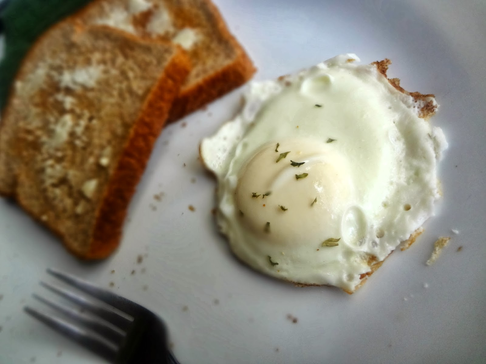 how to eat fried eggs with fork