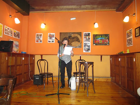 Recitando en el Bar Itaca, en el último de sus recitales antes de cerrar sus puertas para siempre.