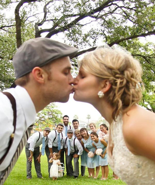 kissing tunnel wedding photo