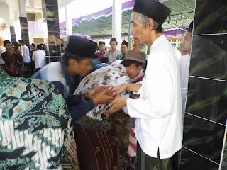 Salam-salaman: Syuriah PWNU Jateng, KH. Ubaidillah Shodaqoh, Perwakilan RMI PWNU Jawa Tengah menerima salam-salaman dengan RMI PCNU Kabupaten Semarang, Sabtu (15/8/15).