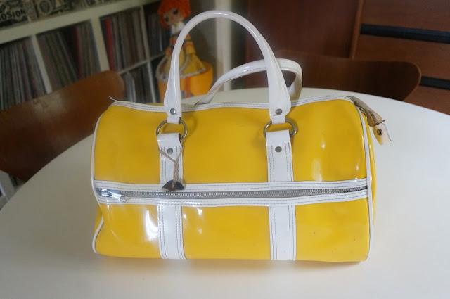 sac en vinyl jaune   (Si vous avez un tuyau pour enlever les traces de feutres sur du vinyl , je suis preneuse ) ...   yellow vinyl  gym tote bag vintage années 60 70 1960 1970 60s 70s