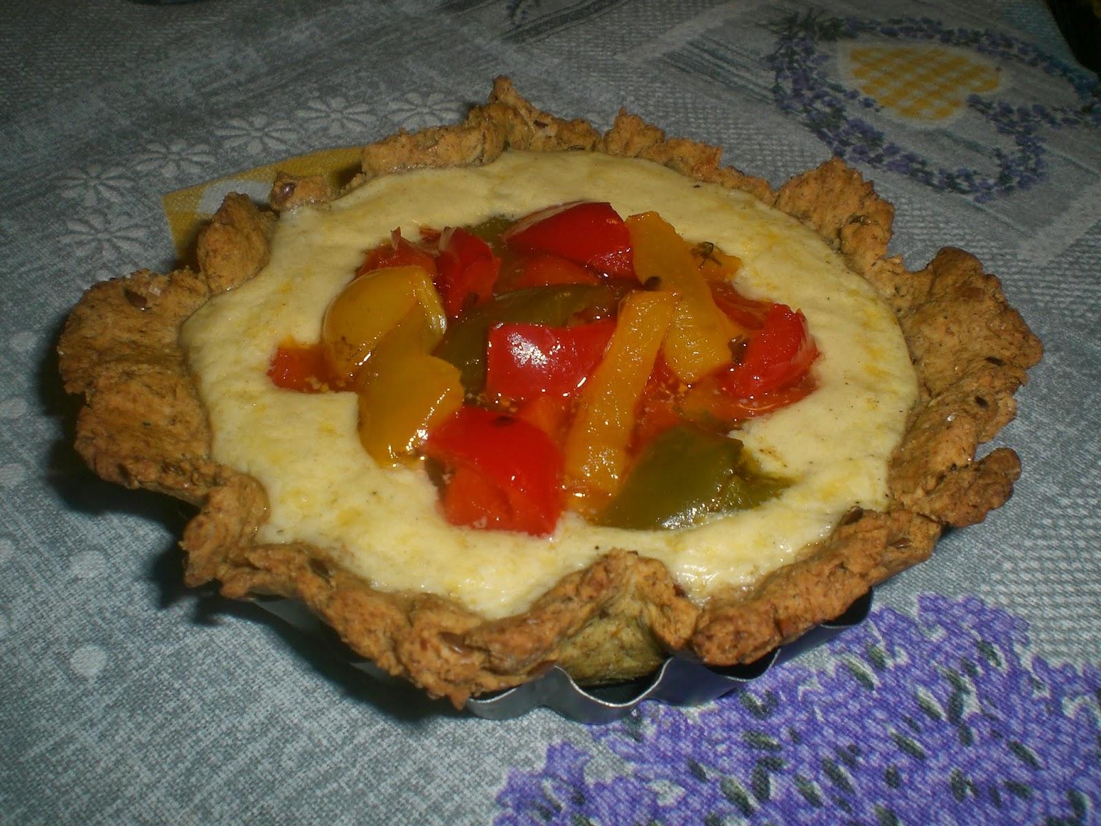 crostatine al farro e grano saraceno con crema di formaggio zighera e dadolata di peperoni agrodolci