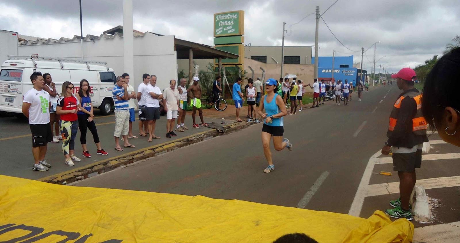Foto 176 da 1ª Corrida Av. dos Coqueiros em Barretos-SP 14/04/2013 – Atletas cruzando a linha de chegada