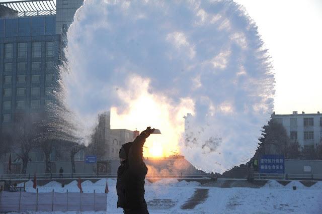 Nước sôi khi tạt ra lập tức bị đóng băng ở Trung Quốc vào ngày 22/1/2016. Hình ảnh bởi Tân Hoa xã.