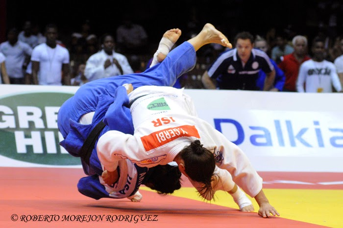 La campeona del mundo, Yarden Gerbi, (kimono blanco), de Israel,  se enfrenta Leilani Akiyama, de Estados Unidos, en los 63 kilogramos, del Grand Prix de Judo de La Habana, con sede en el Coliseo de la Ciudad Deportiva, el 7 de junio de 2014
