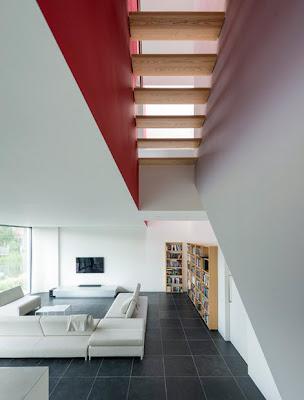 Detalle de escalera calada en casa cubo