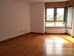 Piso de reciente construcción en Parque de Eirís, tres dormitorios, garaje. 650€