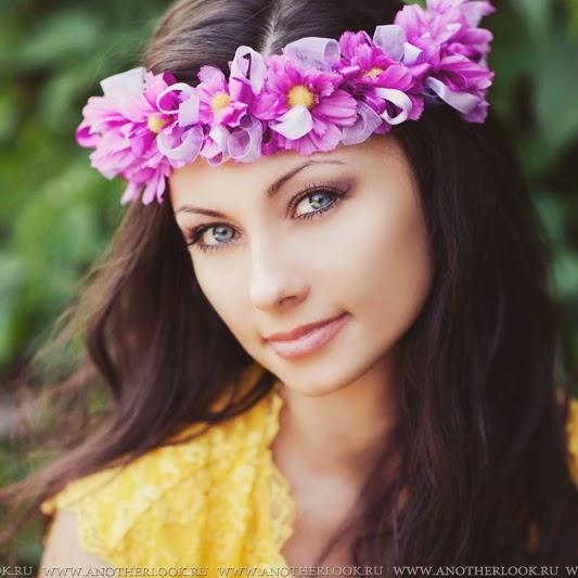 красивая девушка с венком