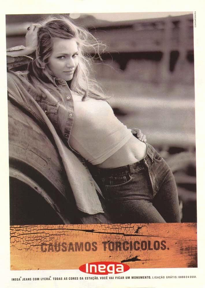 Propaganda da Inega Jeans, com um jeans que diz ser capaz de causar torcicolo.