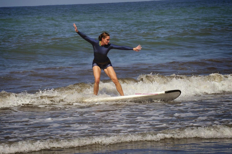صور الممثلة الأمريكية بروك شيلدز تستمتع برياضة ركوب الأمواج في كوستاريكا