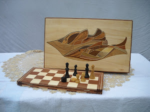 """Scatola """"giochi da tavolo"""".intarsiata.pezzi in avorio e bosso intagliati.base in mogano ed acero."""