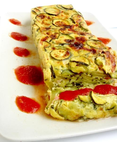 cake di zucchine e salsa di pomodoro con aglio