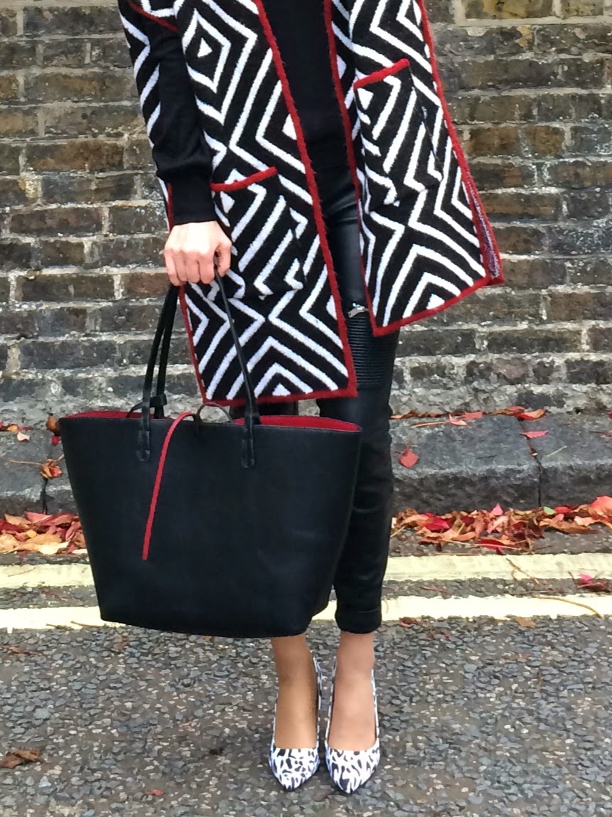 black and white look, monochrome look, street style, london street style, herbst look, german blogger, deutscher blogger, poncho close up