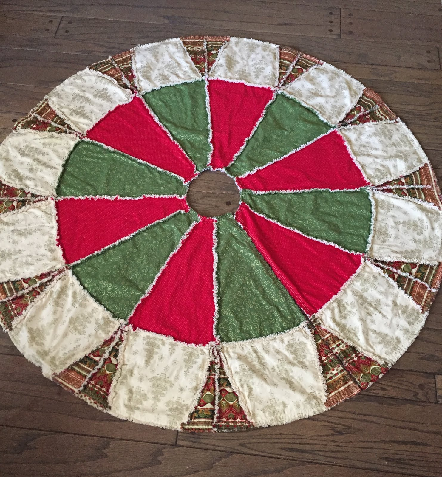 Quilted Christmas Tree Skirt Pinterest : ZeedleBeez: Christmas Finishes