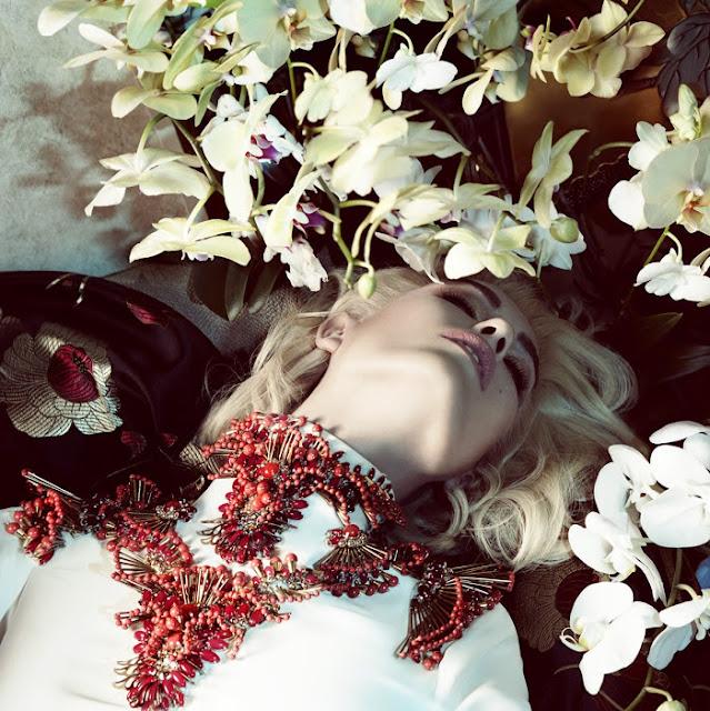 model-blonde-flowers