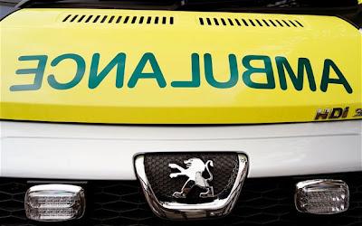 Lelaki mabuk mengawan dengan ambulans