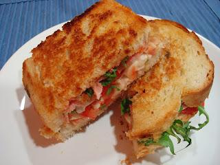 Sándwich mozzarella tomate rúcula lacón pan de molde casero