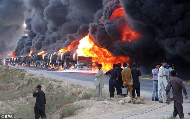 Api dan asap hitam berkepul selepas lori tangki NATO diserang Taliban