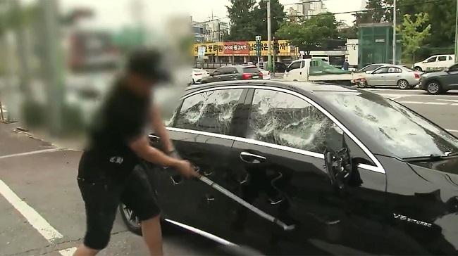Người đàn ông dùng gậy golf phá nát chiếc Mercedes-AMG S63