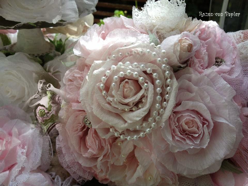 Bouquet de roses avec perles ou bijoux et dentelle