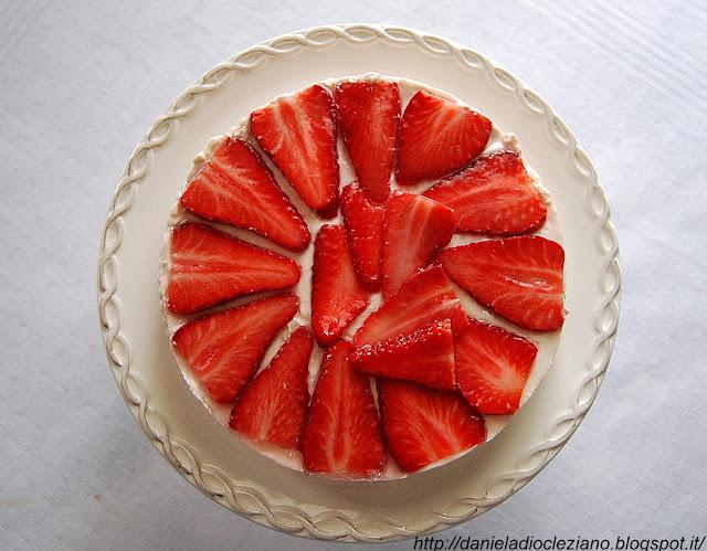 torta tiramisù alle fragole con savoiardi e amaretti