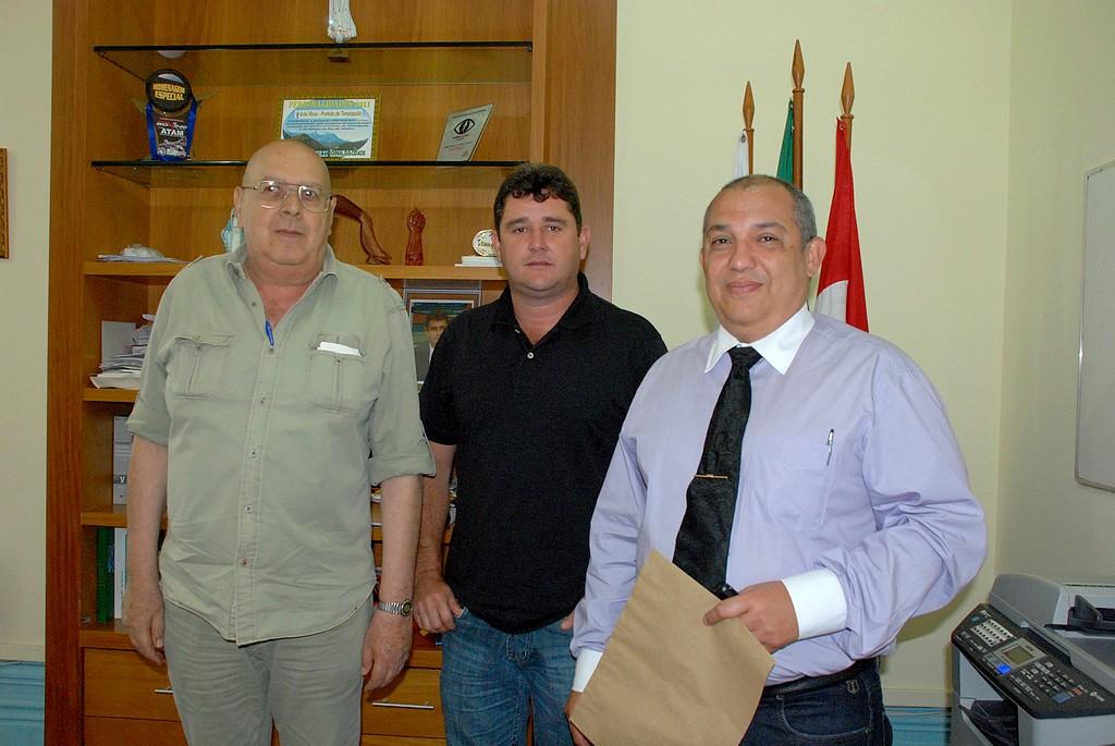 Prefeito Arlei entre o presidente dos Conselhos Municipal e Comunitário de Segurança, Nadim Kantara, e o delegado Walter Barros: trabalho conjunto em prol da população
