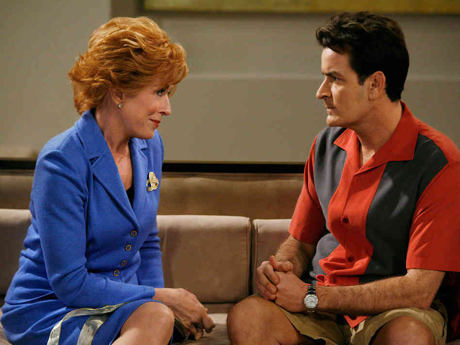 Holland Taylor com Charlie em Two And a Half Men