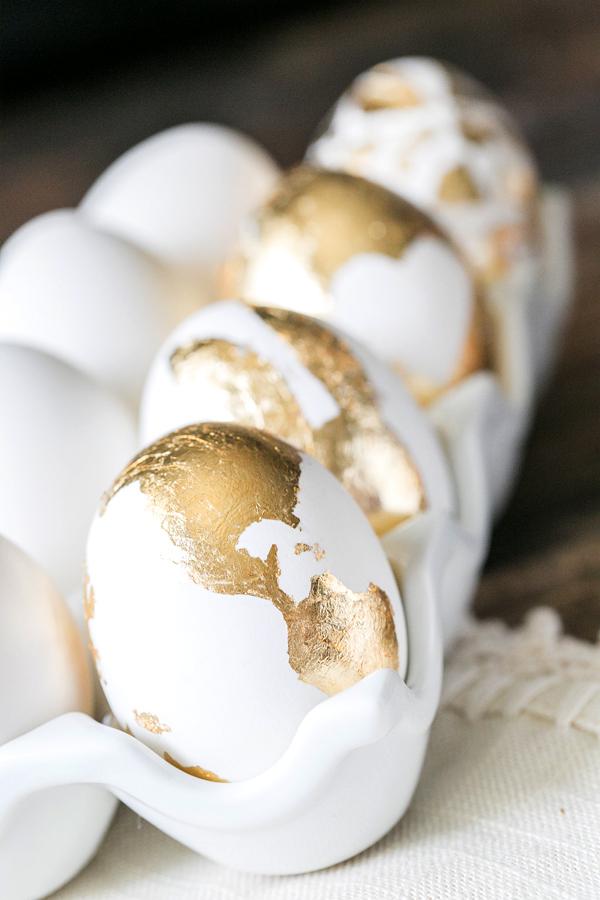 Huevos de pascua decorados en dorado