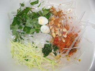 Cách làm bánh tráng trộn ngon đậm chất Sài Gòn