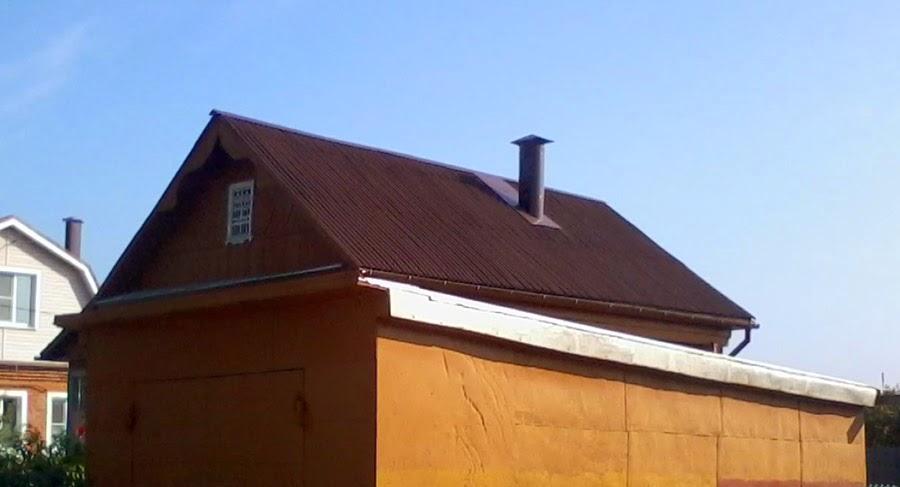 Андулин на крыше дачного домика пример