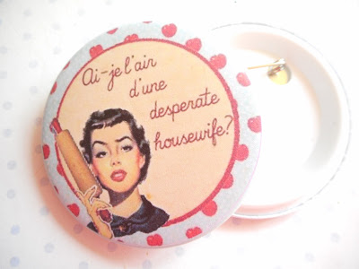 http://www.alittlemarket.com/pins-badges/fr_grand_badge_ai_je_l_air_d_une_desperate_housewife_56_mm_bleu_rouge_jaune_-16277668.html
