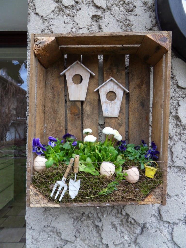 DIY wiosenna dekoracja w skrzynce na owoce